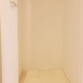 洗濯機は玄関横に。扉で隠せます。(※写真は5階の同間取り別部屋のものです)