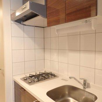 優しい木目調のキッチン。(※写真は5階の同間取り別部屋のものです)