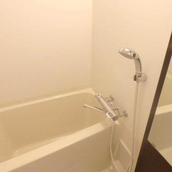 お風呂はゆったり入れそう。(※写真は5階の同間取り別部屋のものです)