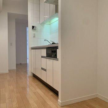 冷蔵庫はキッチン横に置けます。※写真は8階の同間取り別部屋のものです