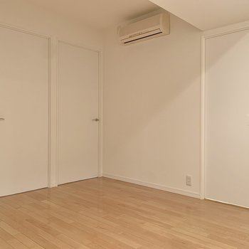 【LDK】リビングは約8.74帖。※写真は8階の同間取り別部屋のものです