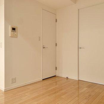 【LDK】トイレは脱衣所の向かい側。※写真は8階の同間取り別部屋のものです