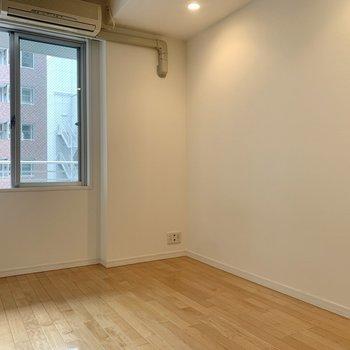 【洋室4.87帖】デスクや棚もしっかり置けそうです。※写真は8階の同間取り別部屋のものです