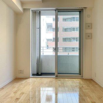 【洋室5.17帖】お隣のお部屋へ。※写真は8階の同間取り別部屋のものです