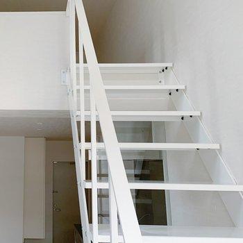 階段を登って…