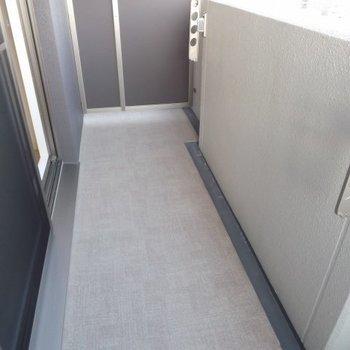 バルコニーは普通サイズ。浴室乾燥機も併用しましょう。(※写真は4階の同間取り別部屋のものです)