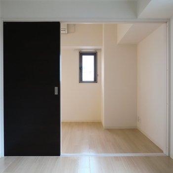 洋室は5.2帖。(※写真は4階の同間取り別部屋のものです)