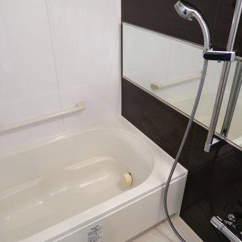ワイドミラーのお風呂でゆったり。(※写真は4階の同間取り別部屋のものです)