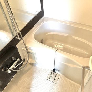 鏡付きゆったりお風呂。