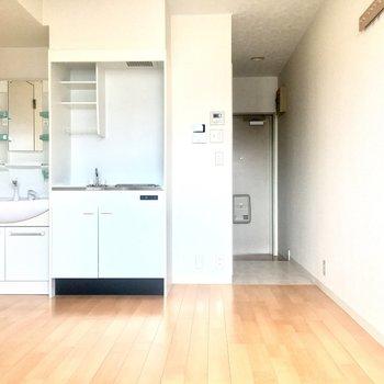 大きさのある家具などは壁際に配置して水回りのスペースを確保しましょう。
