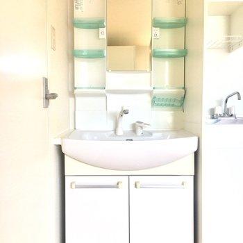 キッチンの横に洗面台があります。
