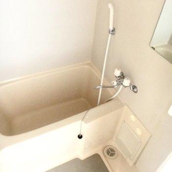 玄関を入ってすぐ横にお風呂。しっかりスペースもあるのでゆったり使えそう。