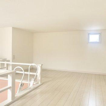 小窓たくさんのロフトスペース◎ 布団を敷いて寝室にどうぞ。(※お部屋は清掃前のものです)
