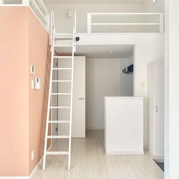 キッチンの上がロフトスペース。天井も高いです!(※お部屋は清掃前のものです)