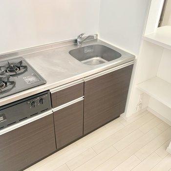 2口コンロでグリル付き。調理スペースもしっかり。(※お部屋は清掃前のものです)