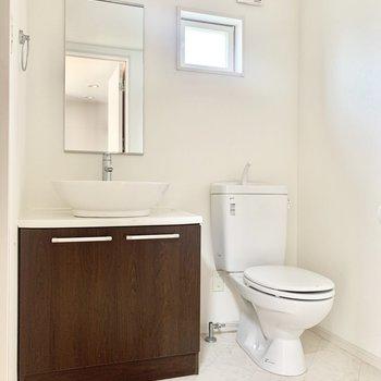 脱衣所にトイレがあります。ホテルライクな洗面台です!(※お部屋は清掃前のものです)