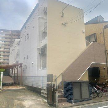 2階建てのアパート。お部屋は2階の角部屋です◎