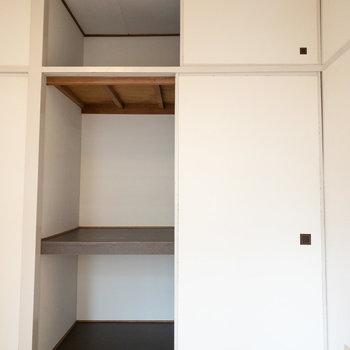 洋室2】ハンガーパイプを設置してお洋服の整理も簡単に!