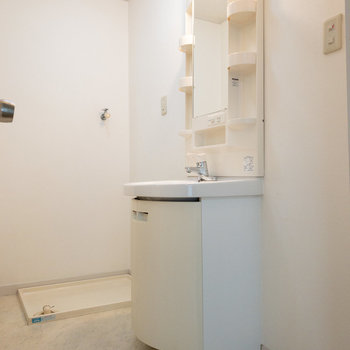 洗面台に入りきらないものは、洗面台の横に棚を置いて入れることもできます。