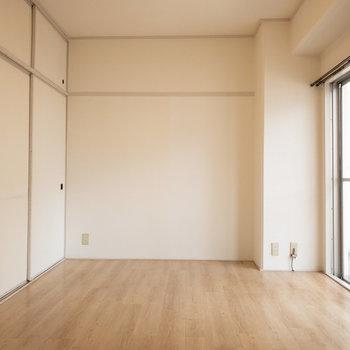 洋室2】こっちの洋室には収納があります。