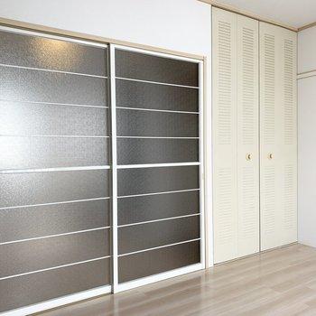 キッチンへのドアと収納の扉。