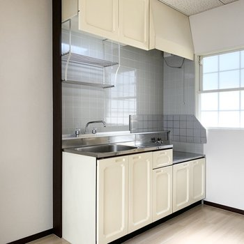 ドアの脇に冷蔵庫置場と奥にはホワイトチョコみたいなキッチン。