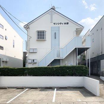 三角屋根とパステルブルーが素敵な2階建てアパートです。