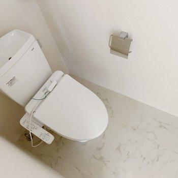 トイレはウォッシュレットつき。おしゃれなカバーを買いたいな〜。
