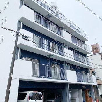 ブルーの外壁がトレードマーク。最上階の6階のお部屋をご紹介!