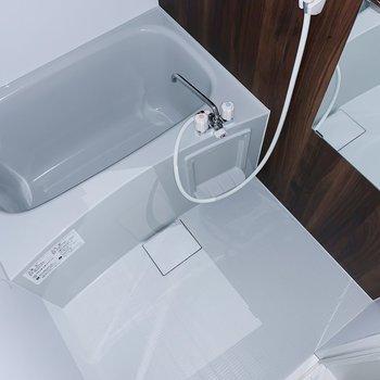 お風呂は木目のクロスとライトグレーの浴槽が素敵!(※写真はフラッシュを使用しています)