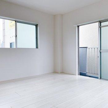 【洋室8帖】ここも窓が3つで開放的〜。