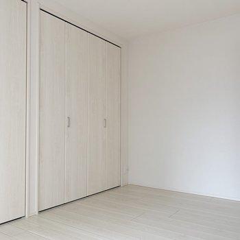 【洋室6帖】白い空間なので、植物なんかで色味をプラスしたいですね。