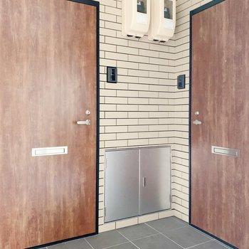 この木の扉がかわいいですね。こちらは右の扉のお部屋です。