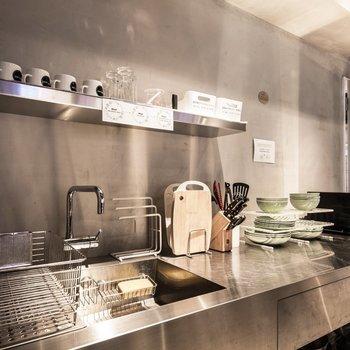 【共用部】キッチンも完備していて、自炊派には嬉しいポイントです。