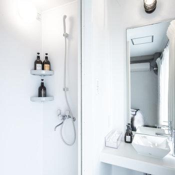 お部屋にシャワーブースも完備しています。