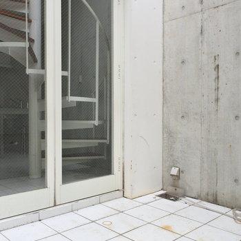 玄関には広めのポーチ。事務所利用も可能なのでいいですね。(※写真は同間取り別部屋のものです)
