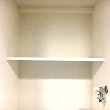 上に収納できる棚があります。※写真は11階の同間取り別部屋のものです。