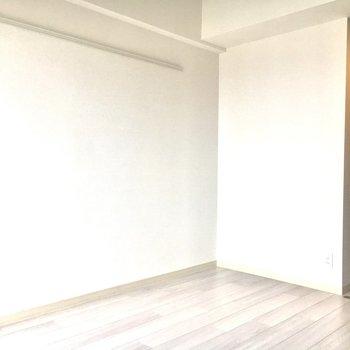 備え付けのレールでお気に入りを飾ってください♪※写真は11階の同間取り別部屋のものです。