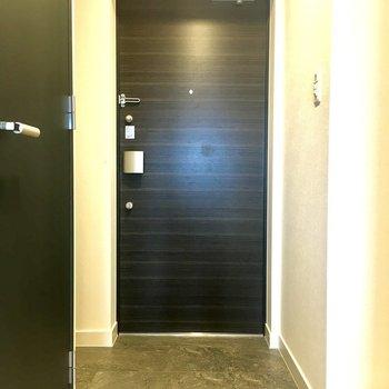 靴箱があるので脱いだら仕舞いましょう◎※写真は11階の同間取り別部屋のものです。