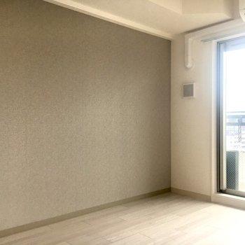 柔らかい印象のアクセントクロスが素敵。※写真は11階の同間取り別部屋のものです。