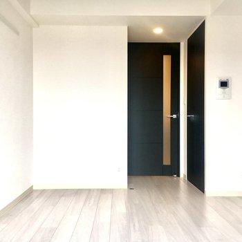 黒い扉がかっこいい!※写真は11階の同間取り別部屋のものです。