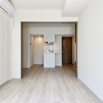 【洋室】戸を開けておくとこんなに奥行きが。※写真は6階の同間取り別部屋のものです