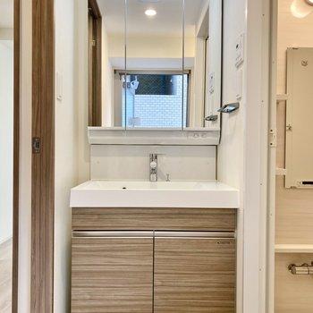 脱衣所。機能美を感じる洗面台。※写真は6階の同間取り別部屋のものです