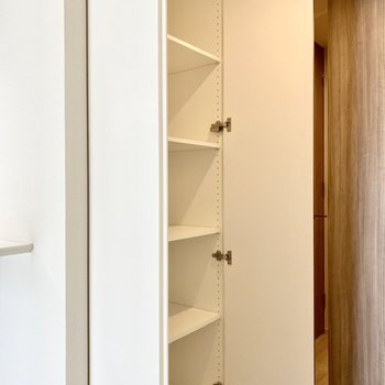 【LDK】キッチンの裏側にある収納スペース。ちょっとした工具や日用品はこちらに。※写真は6階の同間取り別部屋のものです