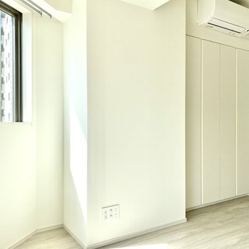 【洋室】光に照らされ、明るい空間。※写真は6階の同間取り別部屋のものです