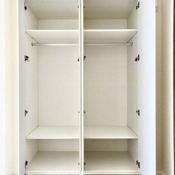 【洋室】クローゼットは大容量。四季全部をカバーしてくれそうな大きさです。※写真は6階の同間取り別部屋のものです