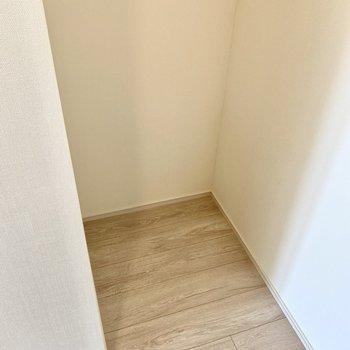 【LDK】振り返れば冷蔵庫置き場が。※写真は6階の同間取り別部屋のものです