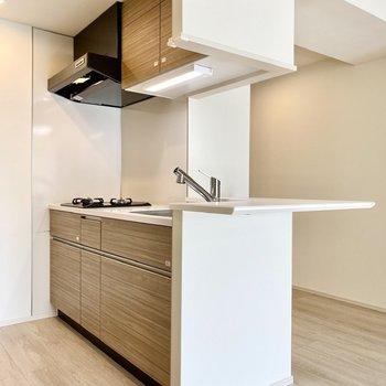 【LDK】美しいデザインの対面キッチン。※写真は6階の同間取り別部屋のものです