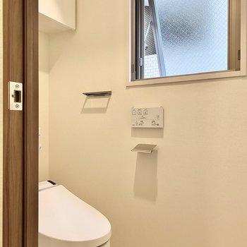 廊下に面したお手洗い。上部には戸棚がついています。※写真は6階の同間取り別部屋のものです