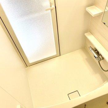 ゆったりとしており、ラックやタオルかけ等機能がいっぱいです。※写真は6階の同間取り別部屋のものです